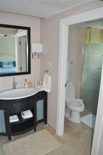 villa 401 master bathroom